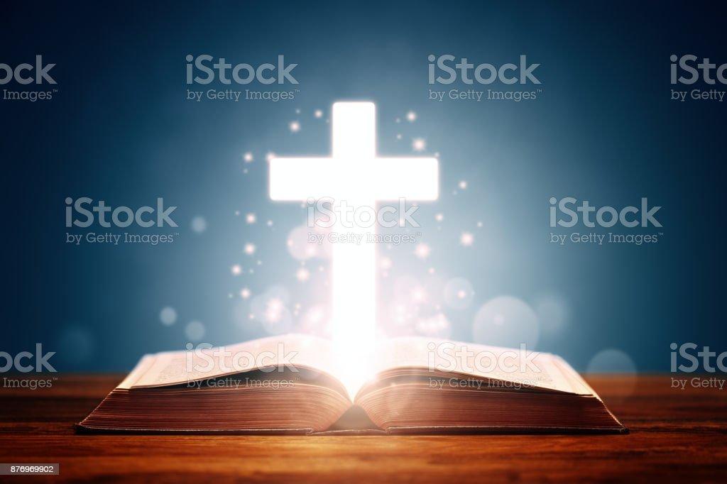 Bibel mit Kreuz – Foto