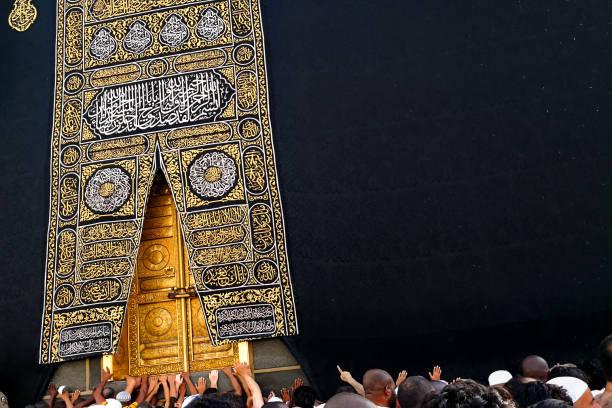 tawaf 동안 거룩한 모스크에 거룩한 kaaba 문 때 텍스트 공간 umra - saudi national day 뉴스 사진 이미지