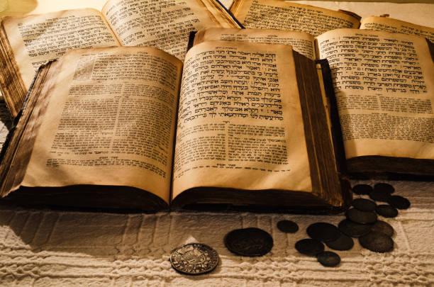 holy old jewish books - pismo hebrajskie zdjęcia i obrazy z banku zdjęć