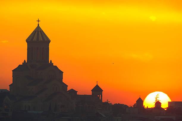 Dreifaltigkeits-Kathedrale von Tiflis – Sonnenaufgang – Foto