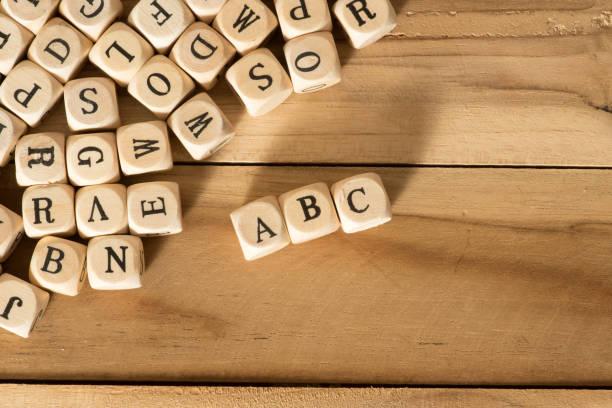 Holzbuchstaben, Alphabet und ABC Holzbuchstaben, Alphabet und ABC illiteracy stock pictures, royalty-free photos & images