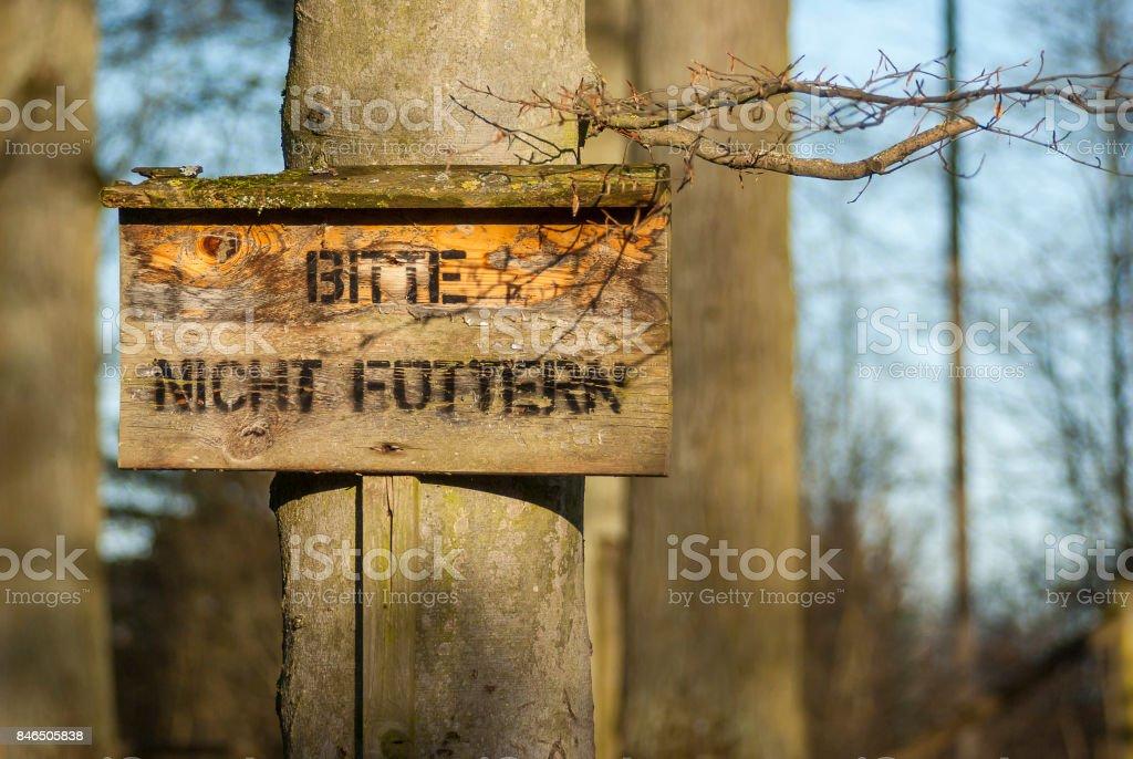Holzschild mit Aufschrift Bitte nicht füttern im Tiergehege, Wooden sign with inscription please do not feed in animal walk stock photo