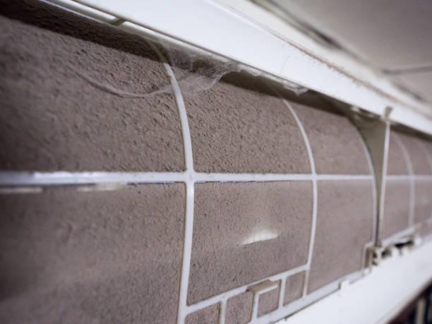die heimat der klimaanlage filter drossel mit voll von staub, filter verschmutzt. - luftfilter stock-fotos und bilder