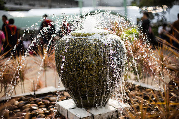 Home und Brunnen im Garten – Foto