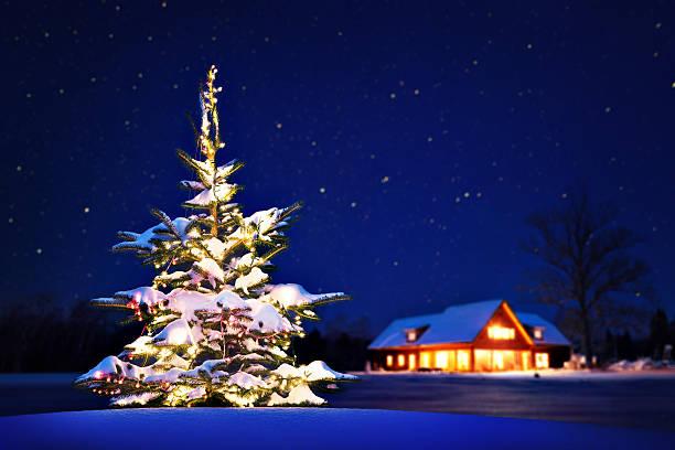 hause an weihnachten - weihnachtlich beleuchtete häuser stock-fotos und bilder