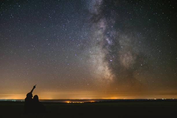un chez-soi loin de chez soi - astronomie photos et images de collection
