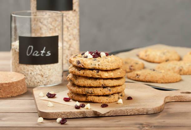 hausgemachtes müsli-cookies mit weißer schokolade und cranberries. - hafer cookies stock-fotos und bilder