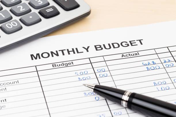 nach hause budgetplanung blatt mit stift und taschenrechner - budget stock-fotos und bilder