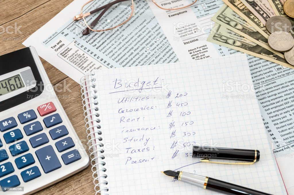 Haushaltsbudget mit Steuerformular, Geld und Rechner – Foto