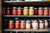 ホーム収納棚で果物と野菜の缶詰