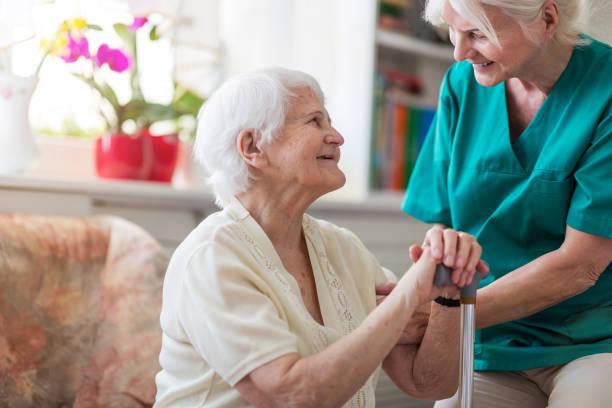 Hausbetreuerin und ältere erwachsene Frau – Foto
