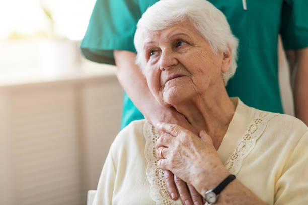 thuiszorg verlener en senior volwassen vrouw - breekbaarheid stockfoto's en -beelden