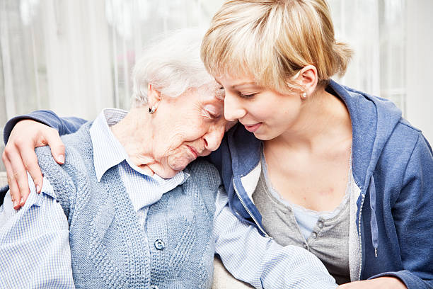 Altenpfleger Trösten traurige senior Frau – Foto