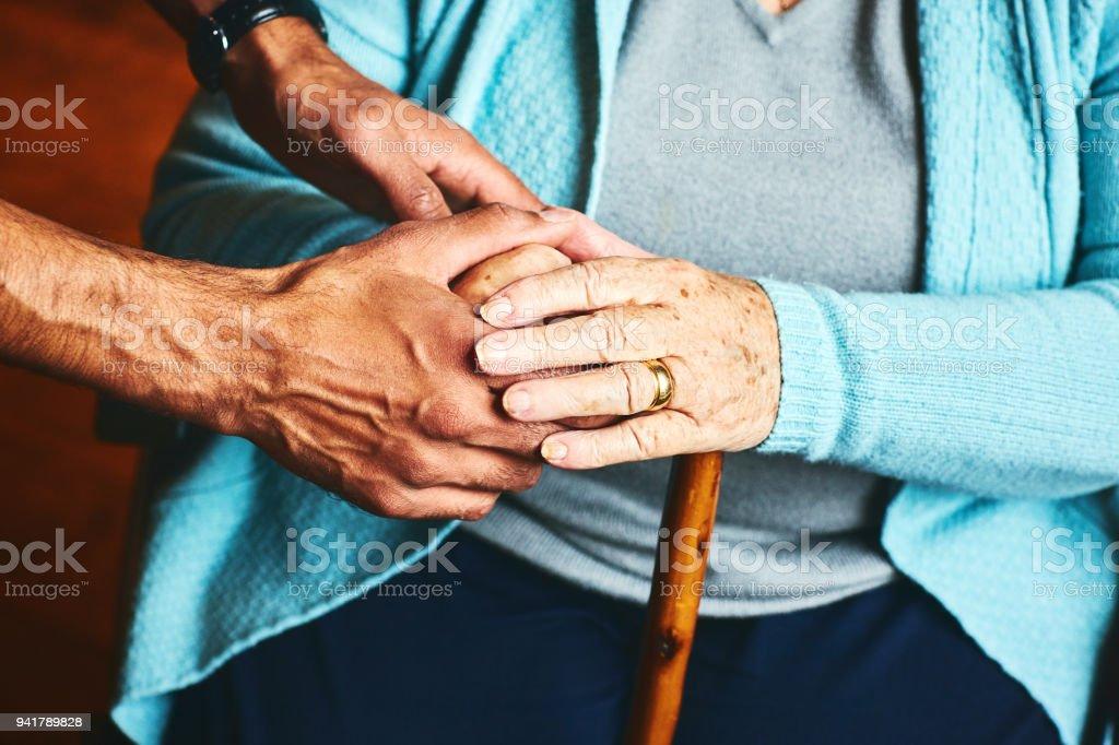 Casa cuidador mostrando apoyo para el paciente anciano. - foto de stock