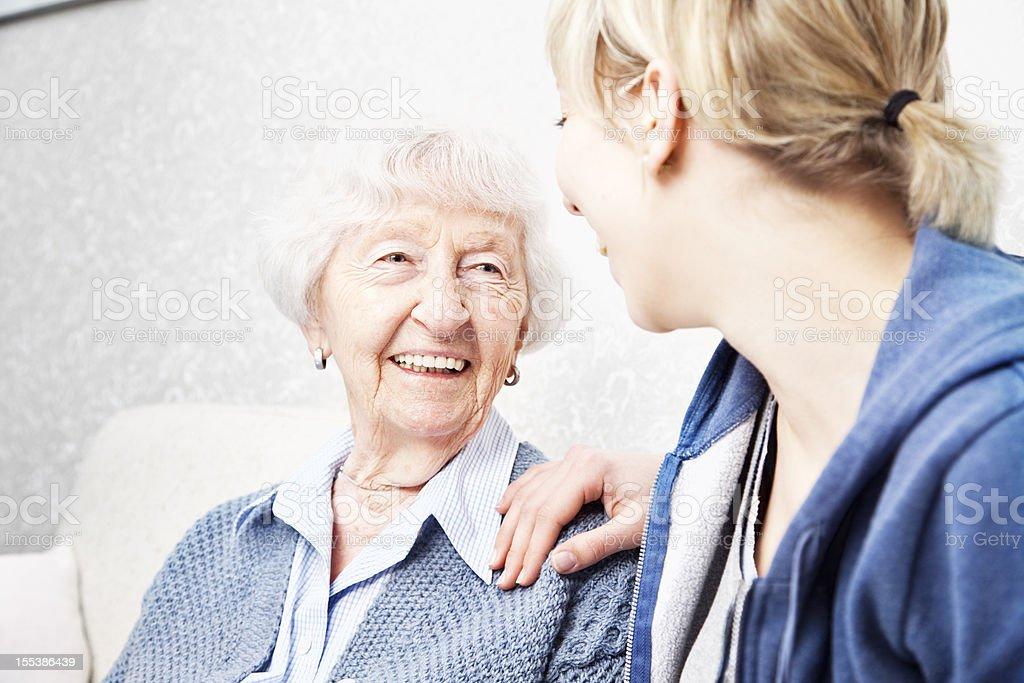 Altenpfleger Gespräch mit senior Frau – Foto