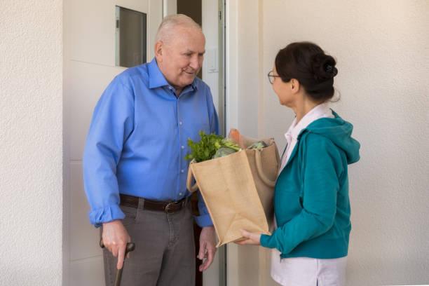 Hausbetreuerin – Frau hilft älteren Mann – Foto
