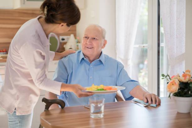 Heimpflegerin – Frau hilft Senioren – Foto