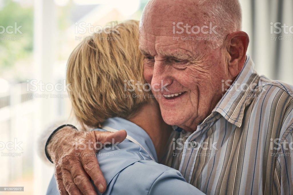 Nach Hause Pflegeperson umarmt senior männlichen Patienten – Foto