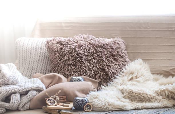 komfort, wohnzimmer mit sofa und home dekor - behaglich stock-fotos und bilder