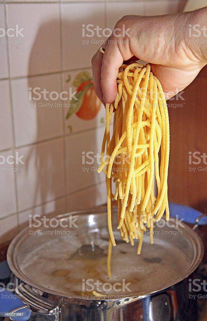 Cuoco mentre scarpe in acqua spaghetti fatti in casa - foto stock