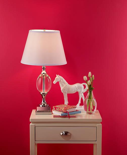 wohndekoration nachttisch - pferde schlafzimmer stock-fotos und bilder