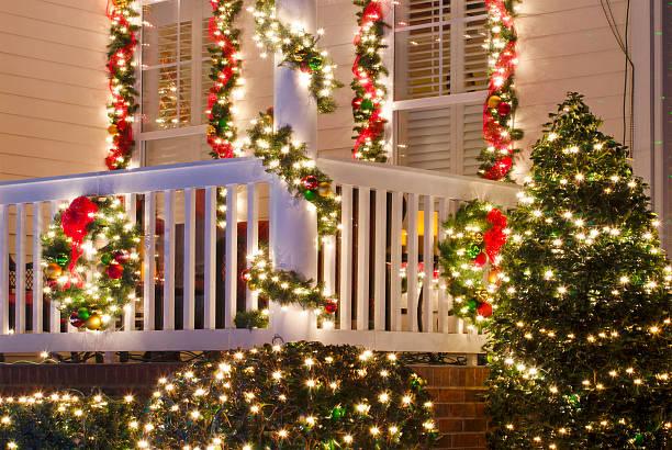 home ist für die feiertage - weihnachtlich beleuchtete häuser stock-fotos und bilder