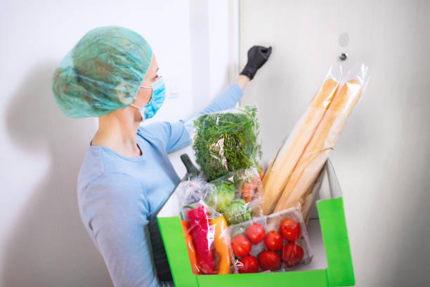 Hauszustellung Lebensmittel während des Virusausbruch, Coronavirus Panik und Pandemien. Bleiben Sie sicher! – Foto