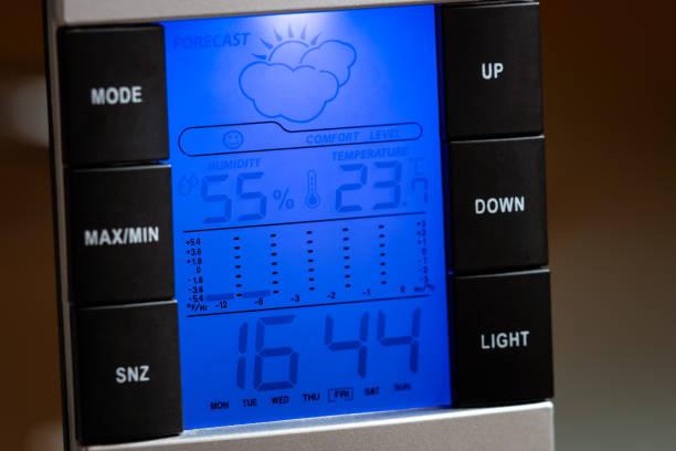 Home digitale Wetterstation draußen zeigt Temperaturfeuchtigkeit, Uhr und Wettervorhersage – Foto