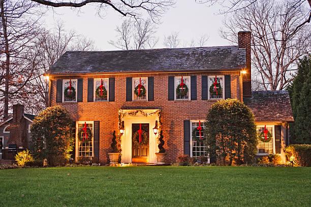 nach hause über weihnachten bei nacht - türdeko stock-fotos und bilder