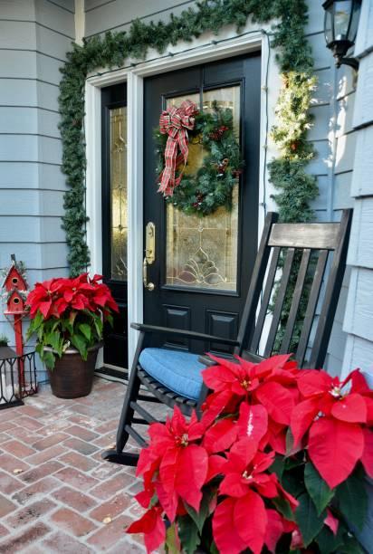 home for the holidays - deko hauseingang weihnachten stock-fotos und bilder