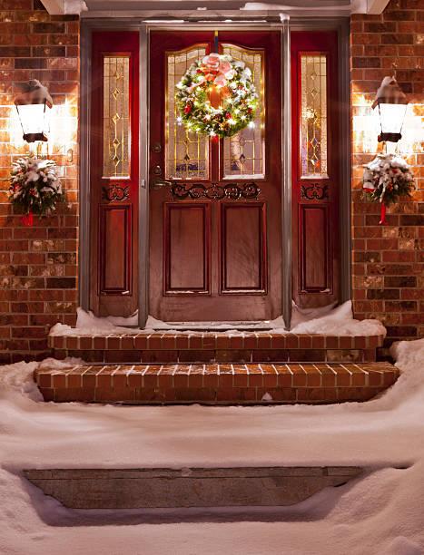home vordereingang an weihnachten - deko hauseingang weihnachten stock-fotos und bilder
