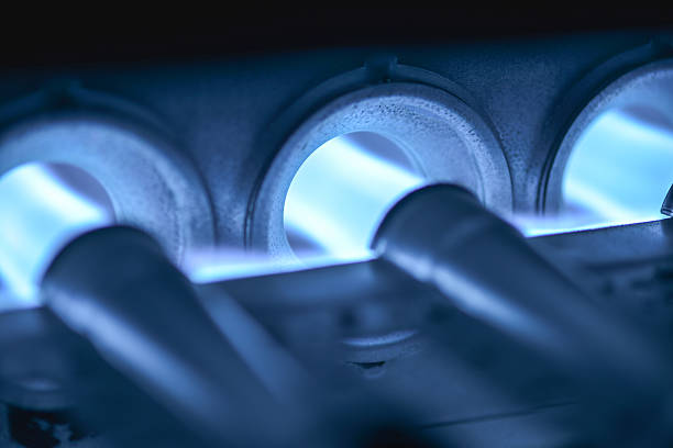 home ofen kochfeld blower dabei entfacht - erdgas stock-fotos und bilder
