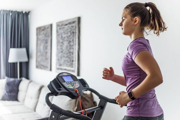 Home Gym für Brünette Teenager-Mädchen auf einem Laufband – Foto