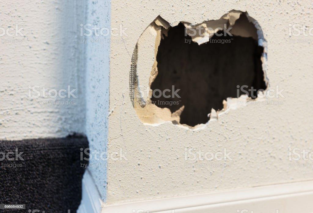 Mejoras para el hogar necesitan - agujero en una pared interna cubierta - foto de stock