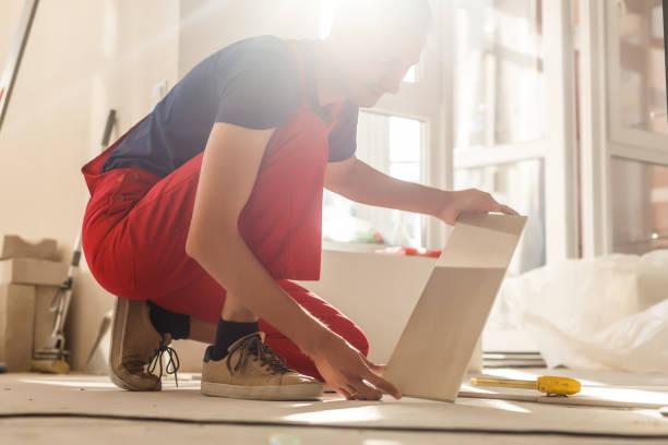 家居裝修-建築工人瓷磚, 瓷磚地板膠粘劑 - 大廈樓層 個照片及圖片檔