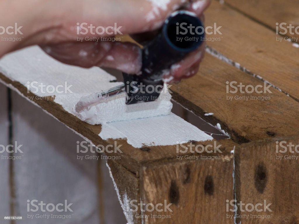 Heimwerken: Frau malt aus Holz box weiß – Foto