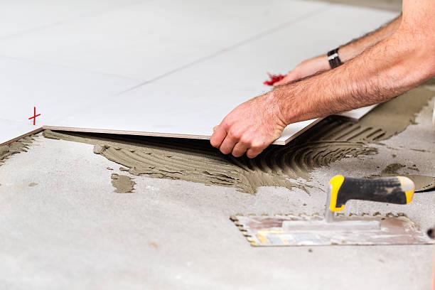 home improvement-arbeiter installieren fliesen - keramik fliesen handwerk stock-fotos und bilder
