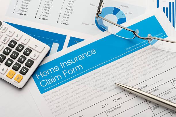 Hausratversicherung Antragsformular auf einem Schreibtisch mit Papierkram. – Foto