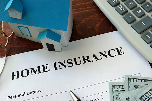 Home insurance Formular und Dollar auf den Tisch. – Foto