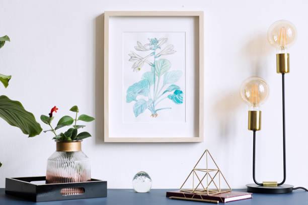 accueil intérieur floral affiche mock up avec armature en bois vertical, lampe de table, plantes, accessoires sur le fond du mur gris. concept avec étagère bleu marine. - camera sculpture photos et images de collection