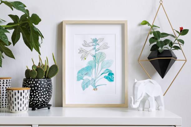home interior floral plakat mock-up mit vertikalen hölzernen bilderrahmen, eine menge von pflanzen, kakteen, hängende pflanze in geometrischen topf auf weiße wand hintergrund. konzept der weißen regal. - glasskulpturen stock-fotos und bilder
