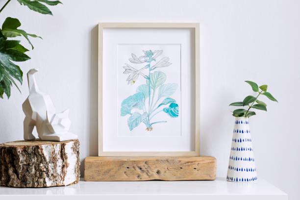 accueil intérieur floral affiche mock up avec cadre photo en bois vertical, vase design avec des fleurs, figure de chat sur fond de mur blanc. notion de plateau blanc. - camera sculpture photos et images de collection