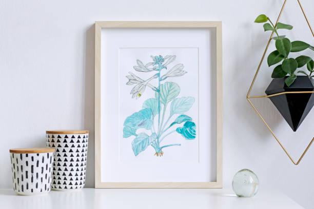 affiche floral intérieur maison maquette avec cadre photo en bois vertical, boîtes de hipster, accrochant la plante en pot géométrique sur fond de mur blanc. notion de plateau blanc. - camera sculpture photos et images de collection