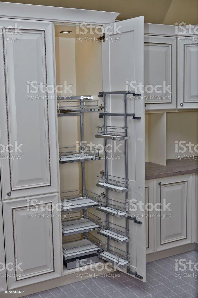 Interior De La Casa Cocina Abrió La Puerta Con Muebles ...