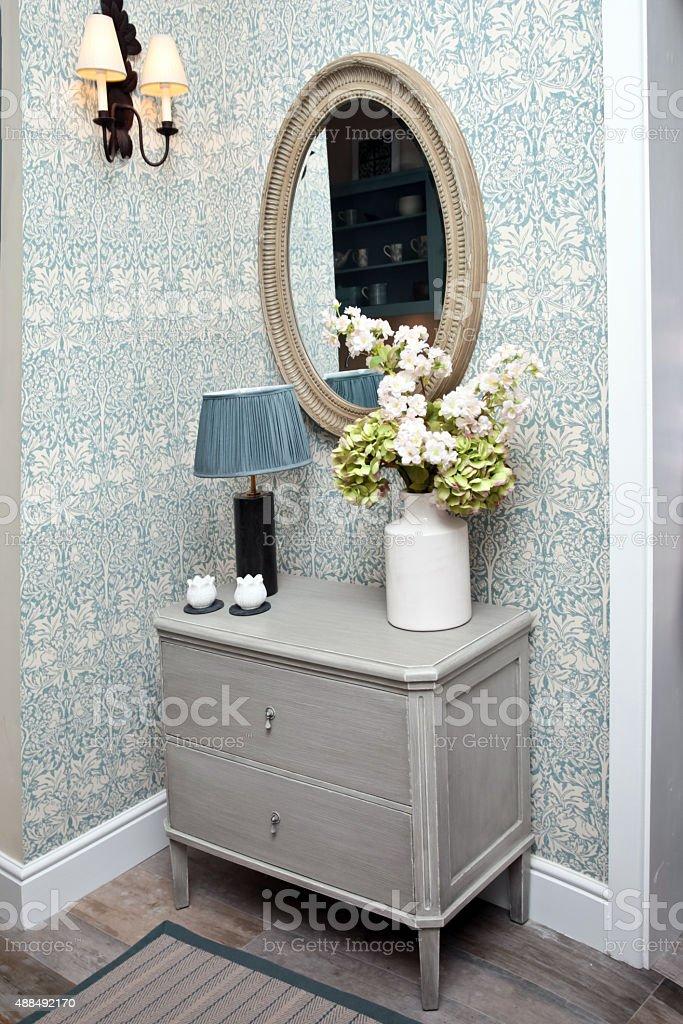 Home interior mit einer Kommode mit Schubladen – Foto
