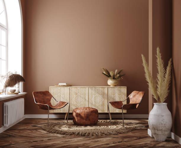 home interieur mit ethnischen boho dekoration, wohnzimmer in braun warmer farbe - innenaufnahme stock-fotos und bilder
