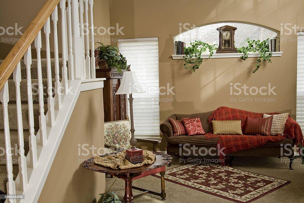 Intérieurs: Salle de séjour d'un décor, d'un mobilier.  Escalier. - Photo