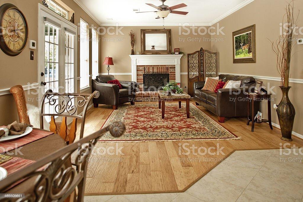Intérieurs: Décoration élégante, salle de séjour avec canapé, un fauteuil et une cheminée. - Photo