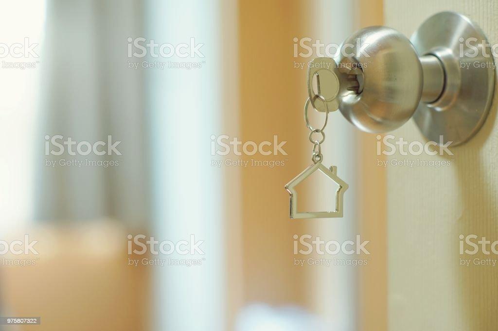 Home-Taste mit Metall Haus Schlüsselring in Schlüsselloch, Eigenschaft Konzept, Textfreiraum - Lizenzfrei Aufschließen Stock-Foto
