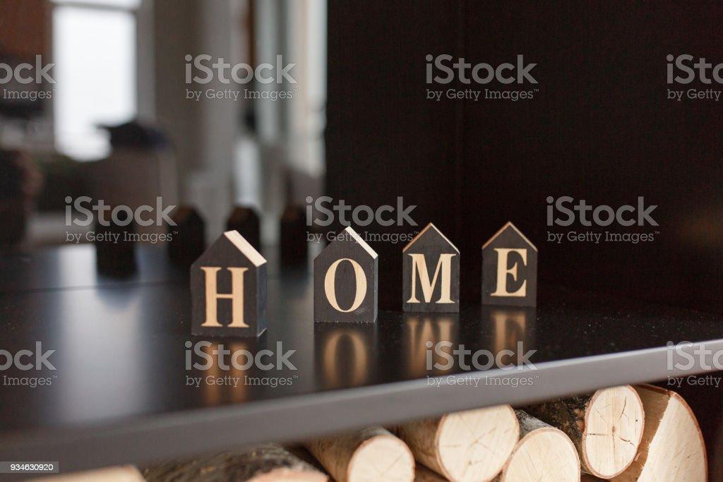 Home schriftzug auf würfel stehen auf holzregal in modernen